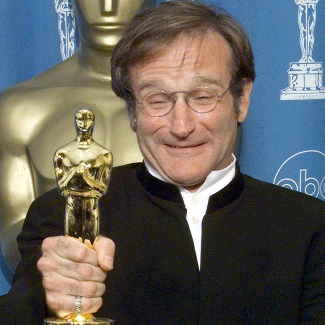 Robin Williams con l'Oscar vinto com Miglior attore non protagonista per Will Hunting genio ribelle (1998)