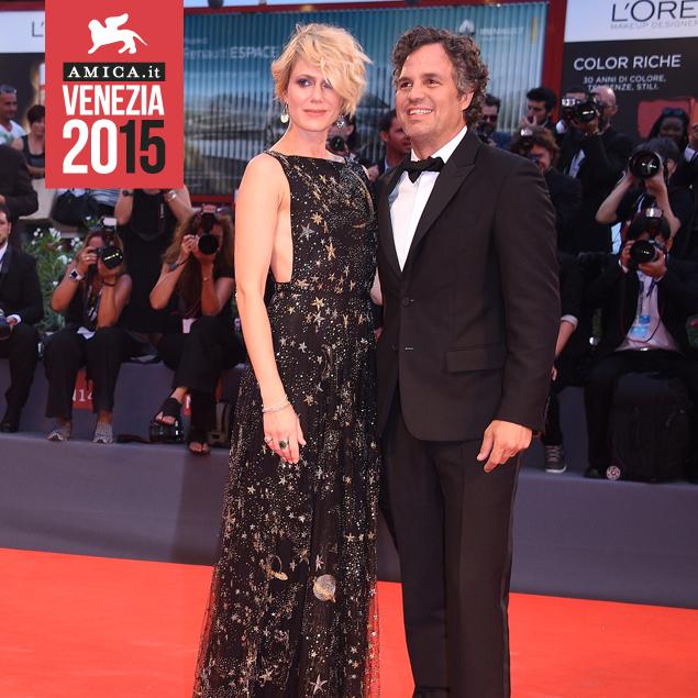 Mark Ruffalo (in Valentino) con la moglie sul red carpet di Spotlight, a Venezia 72