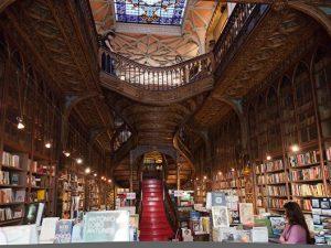 Libri, gli italiani non comprano online: otto lettori su dieci scelgono ancora le librerie