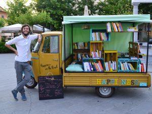 Happiness on the road, la prima libreria itinerante specializzata in felicità su un'Apecar