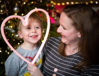 Le rythme cardiaque d'un enfant fait pulser les lumières de Noël à Londres pour aider l'organisation caritative Tiny Tickers